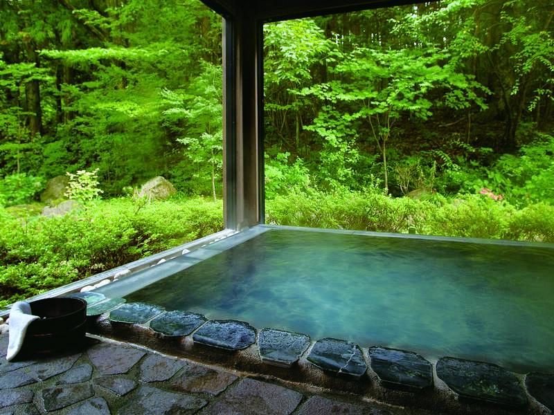 【男性半露天風呂】窓を大きく開け放せる半露天風呂