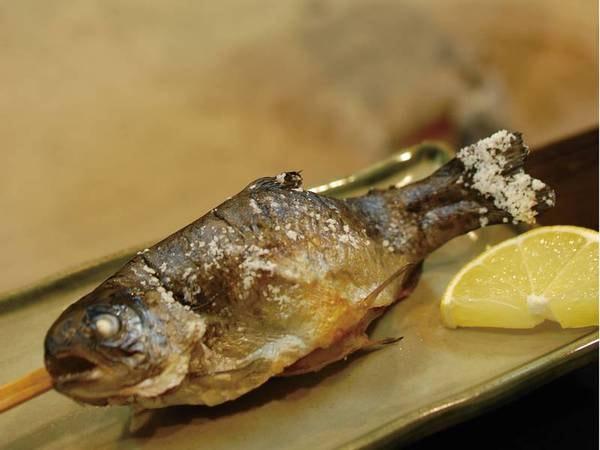 【岩魚焼き/例】一匹丸ごと、豪快に串焼き
