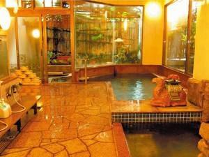 【女性大浴場/美人哉】開放感ある窓明かりと小庭に温泉露天風呂付き