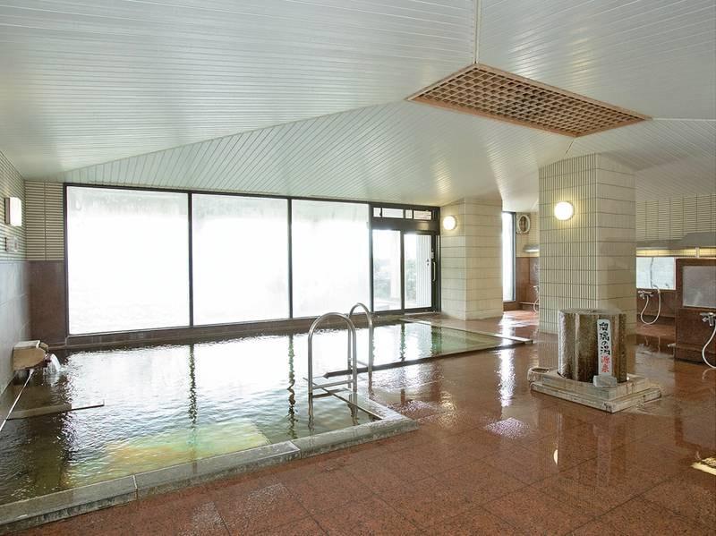 【大浴場】 広さ約100平米で開放感のある大きな湯殿