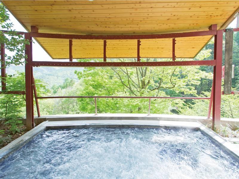 【石づくりのお風呂/併設露天ジャグジー】目の前に広がる大自然の眺望を堪能