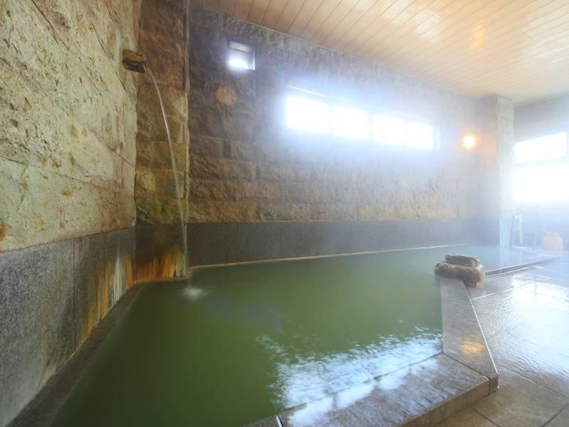 【男性大浴場/岩風呂】かけ流しの天然温泉をゆったりと味わう