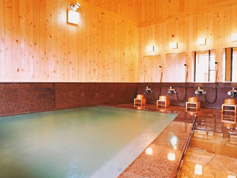 【浴場/瑞雲(男湯)・紫雲(女湯)】天井が吹き抜けになっている昔ながらの総檜湯屋造り