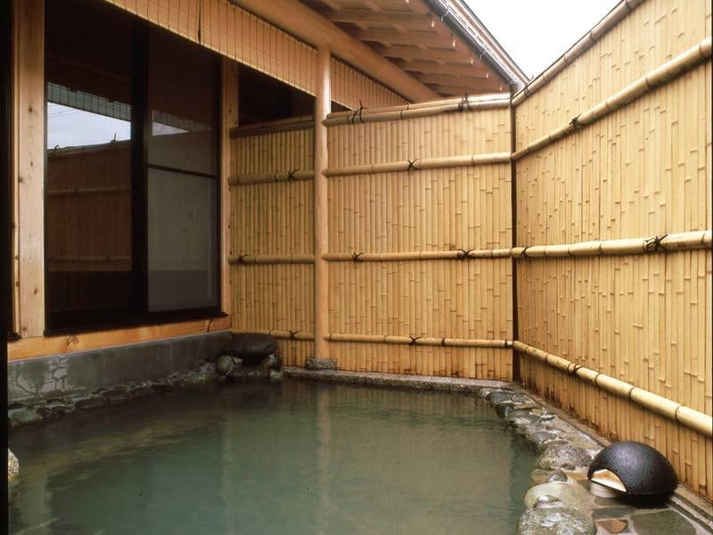 【浴場/併設露天風呂】自慢のお湯をかけ流しで心ゆくまで楽しめる