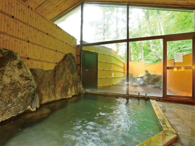 【内湯】森に囲まれ、静かなお風呂