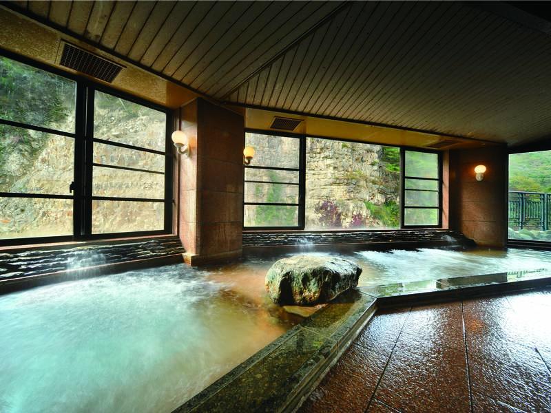 【大浴場】雄大な自然に面した浴場でゆったり