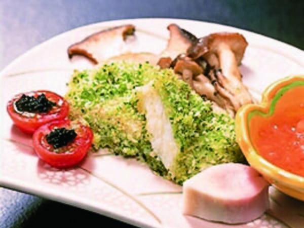 【選べるメインプラン/例】メインは肉・魚料理など4種類から選べる※カレイ香草焼き一例