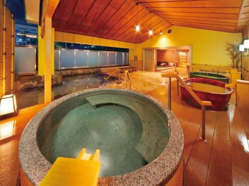 【3階露天風呂/湯めみの庭】湯船に純金を使用した「伝説の黄金風呂」をはじめ、6種類・7つの湯船をお楽しみ頂ける大露天風呂