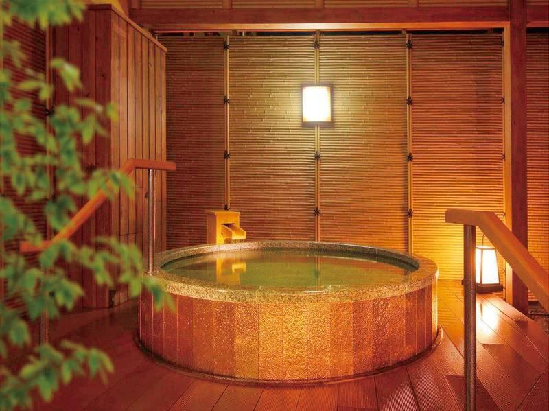 【湯めみの庭/黄金風呂】夜は幻想的にライトアップ