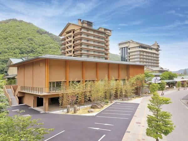 【外観】閑静な山々のなかに現れるツインタワーのホテル