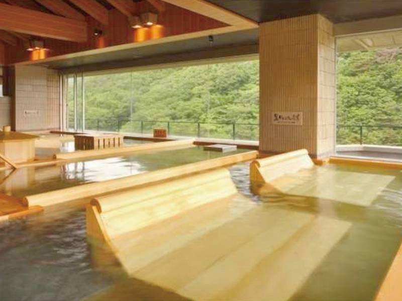 【展望ひのき癒しの湯】最上階に7種の湯船が並ぶ