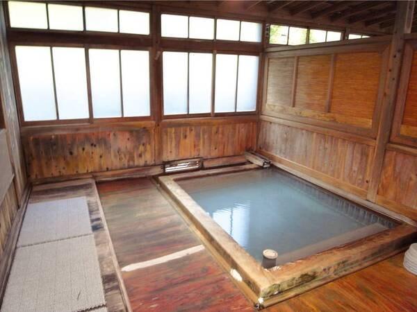 【萱ぶき湯小屋内】湯治場情緒を今に残す湯小屋へ