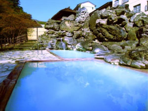 【天渓の湯】少し熱めの湯船とぬるめの湯船が併設された開放的な露天風呂
