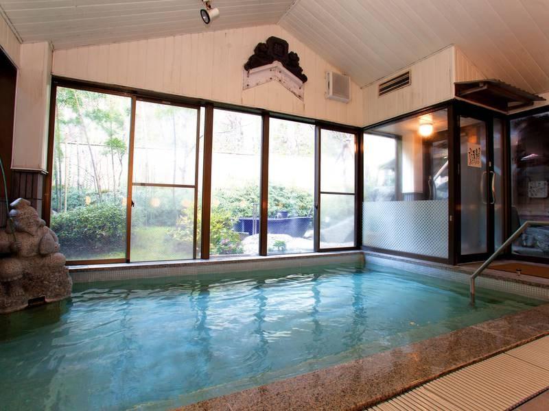 【大浴場】ガラス張りで開放的な大浴場に2種の露天風呂を併設