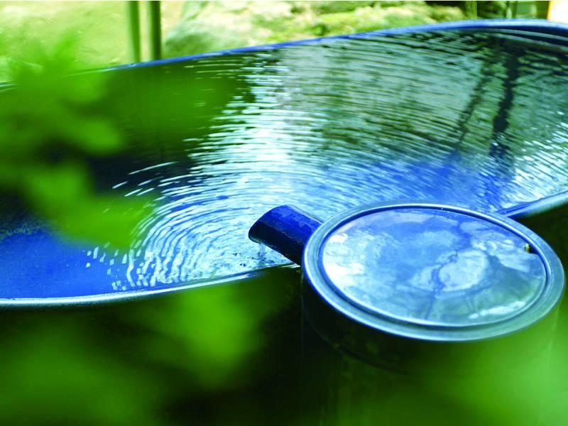 【露天風呂】大浴場に併設の小ぶりの陶器風呂