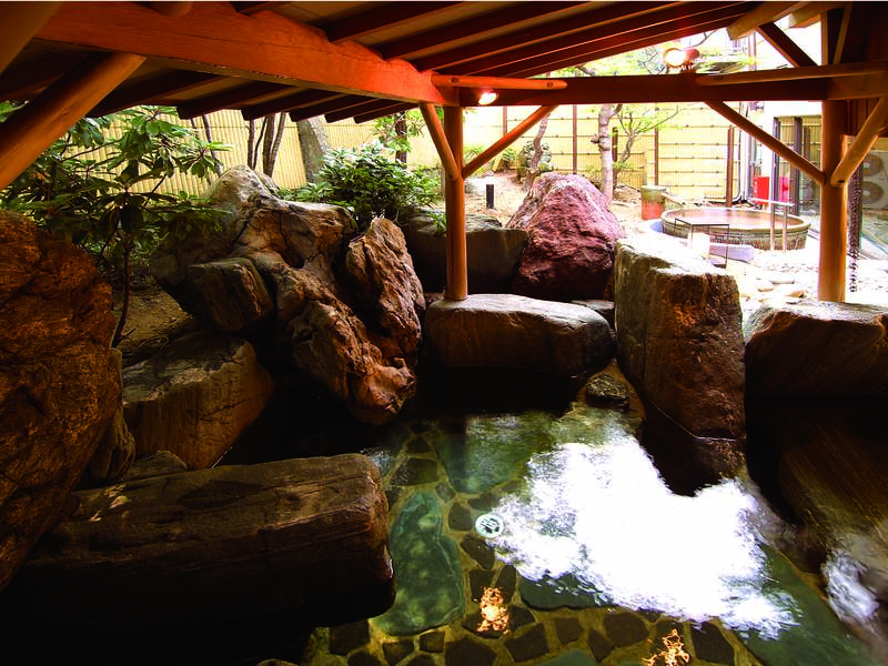 【露天風呂】大きな岩が特徴的な「大岩かくれんぼの湯」