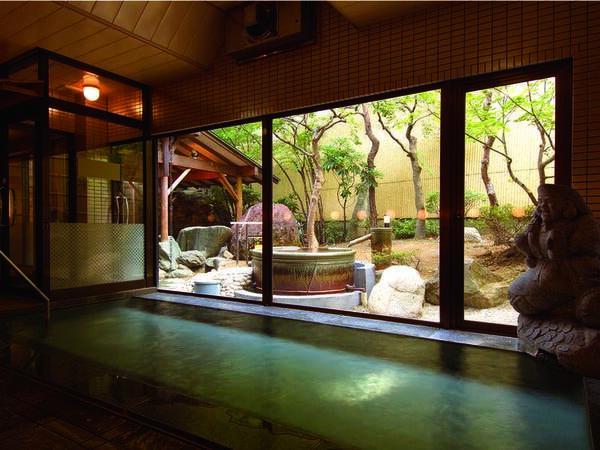 【大浴場】ガラス張りで開放的な大浴場には2種の露天風呂を併設