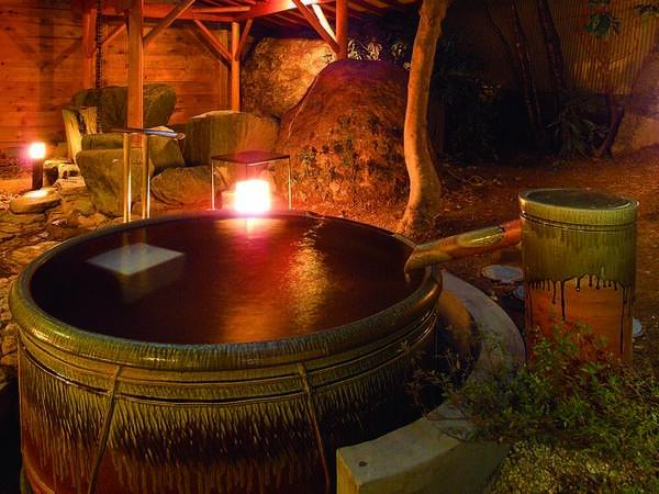 【露天風呂】大浴場に併設の小ぶりの陶器露天風呂