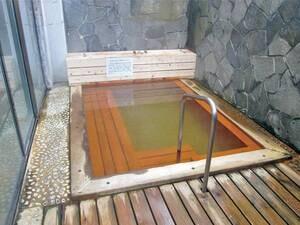 【露天風呂】ひのきで造られた酸性泉の露天風呂