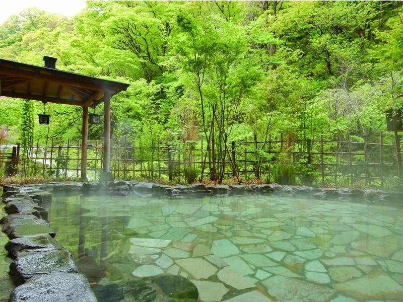 【男性露天風呂】原瀧の名の由来である、豊かに流れる滝を望む
