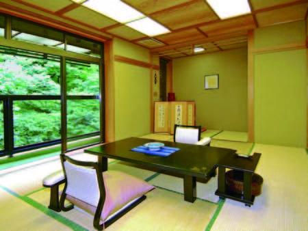 【客室/例】落ち着いた雰囲気の10畳和室。移ろいをみせる山間を楽しんで