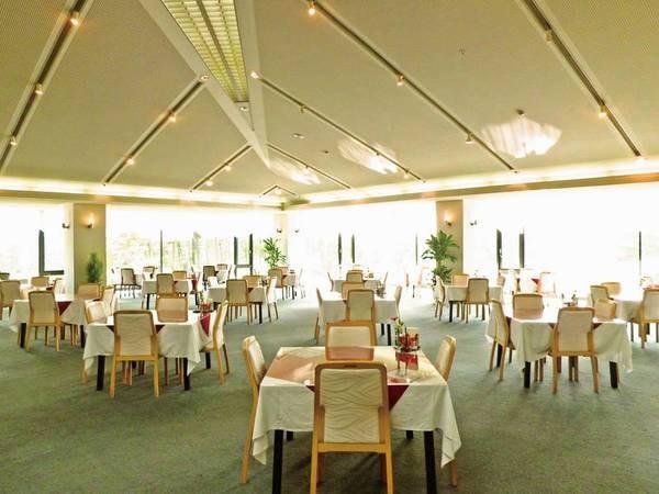 【レストラン】明るい雰囲気のレストランで