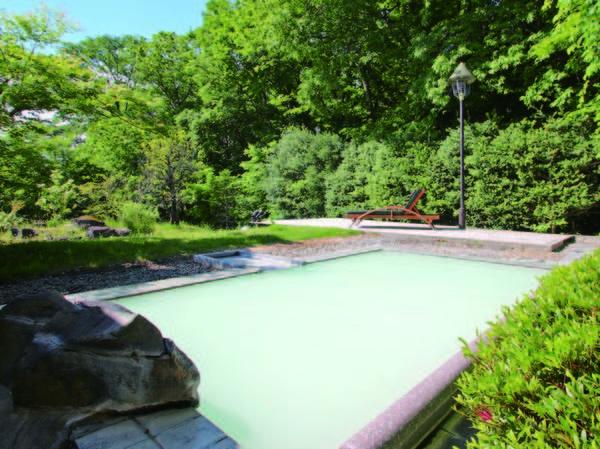 【空の庭リゾート】あだたらの自然の中に佇む癒やし満載の高原ホテルです。開放感あふれる露天風呂では、白濁の天然温泉を贅沢に源泉かけ流しでご堪能いただけます