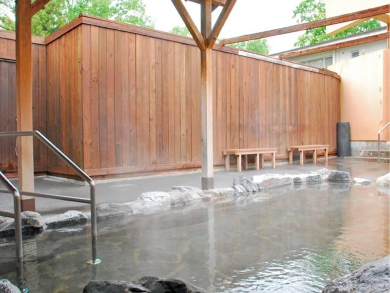 【露天風呂】加水・加温なし、源泉100%かけ流し!とろとろの泉質が人気の美肌の湯