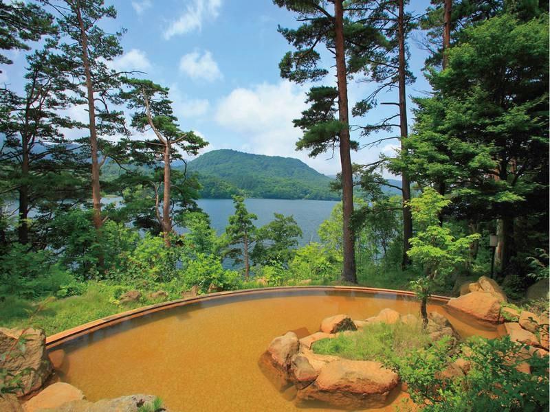 【露天風呂】桧原湖を見渡しながら「黄金の湯」として古くから愛される赤褐色のにごり湯を堪能
