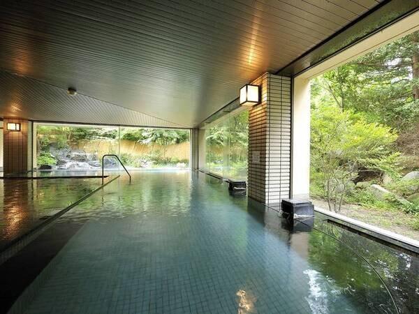 【大浴場】大きな窓で開放感のある広々とした空間