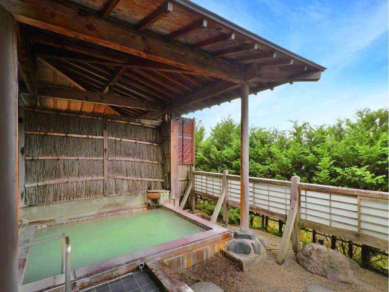 【露天風呂】効能豊かな乳白色のにごり湯をかけ流し!