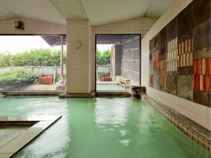 【大浴場】酸が強いため消毒の無い自然のままの温泉を楽しめる