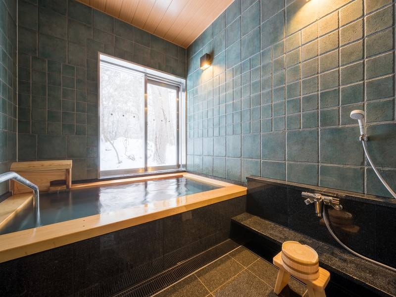 【貸切風呂】浴槽には青森ヒバを贅沢に使用