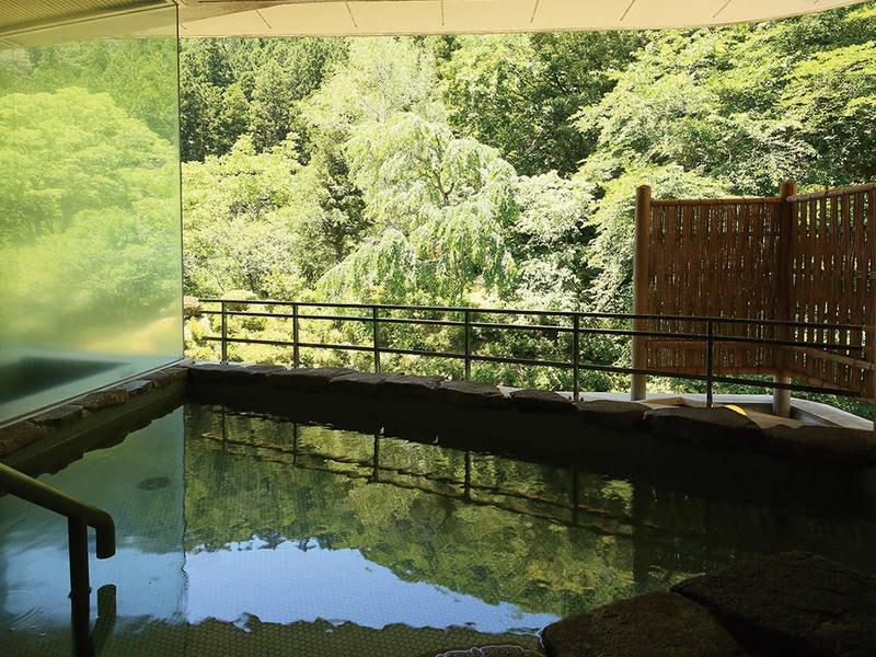 【露天風呂】緑が美しい景色の中で湯浴み