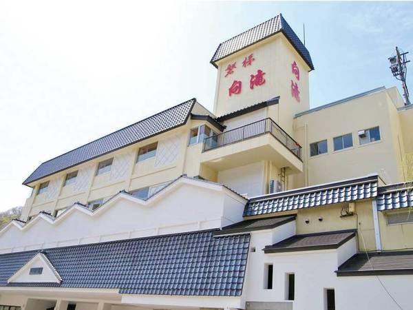 【外観】五百川のほとりに佇む旅館