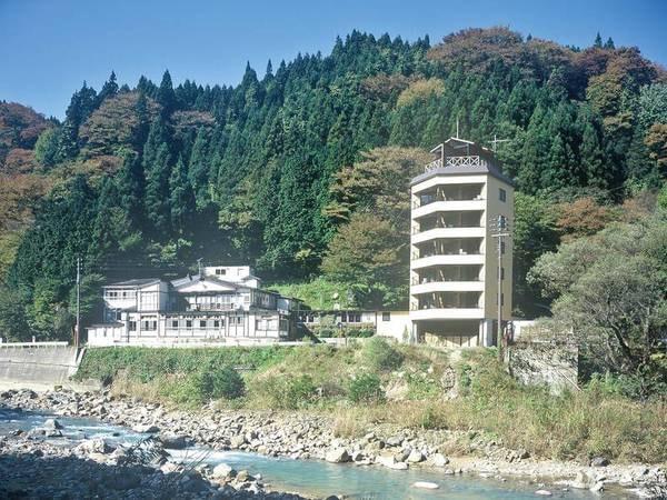 【外観】吾妻連峰の麓にたたずむ山峡の一軒宿