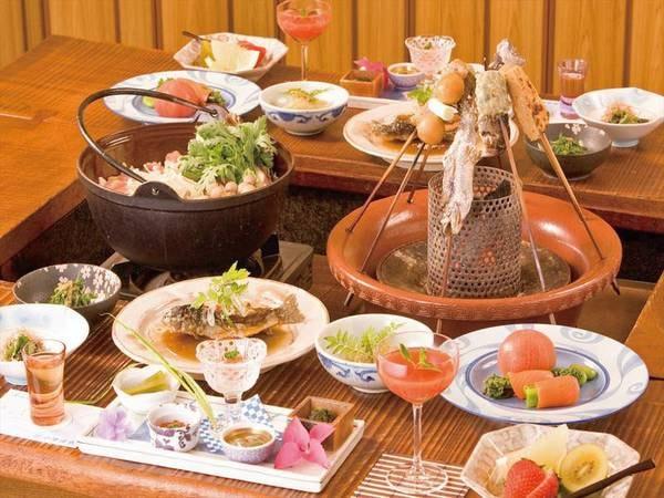 【囲炉裏風会席プラン/例】炭火を用いた串焼きや、大鍋料理をメインに