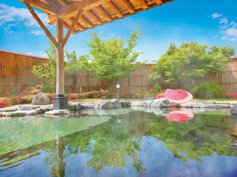 昼の露天風呂 湯量豊富な自慢の天然温泉は無色透明で泉質。とろみのある湯がしっとりとなじむ「美人の湯」を楽しめる!