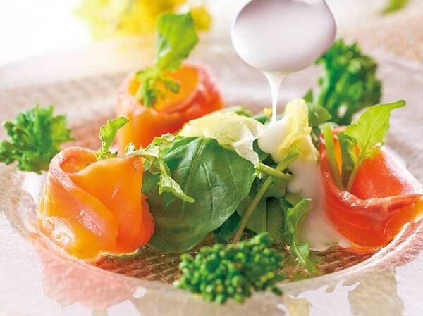 春野菜とスモークサーモンサラダ仕立て(例/5月まで)