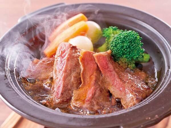 2021夏フェア 牛ステーキ陶板焼/例※調味牛脂を注入した加工肉です