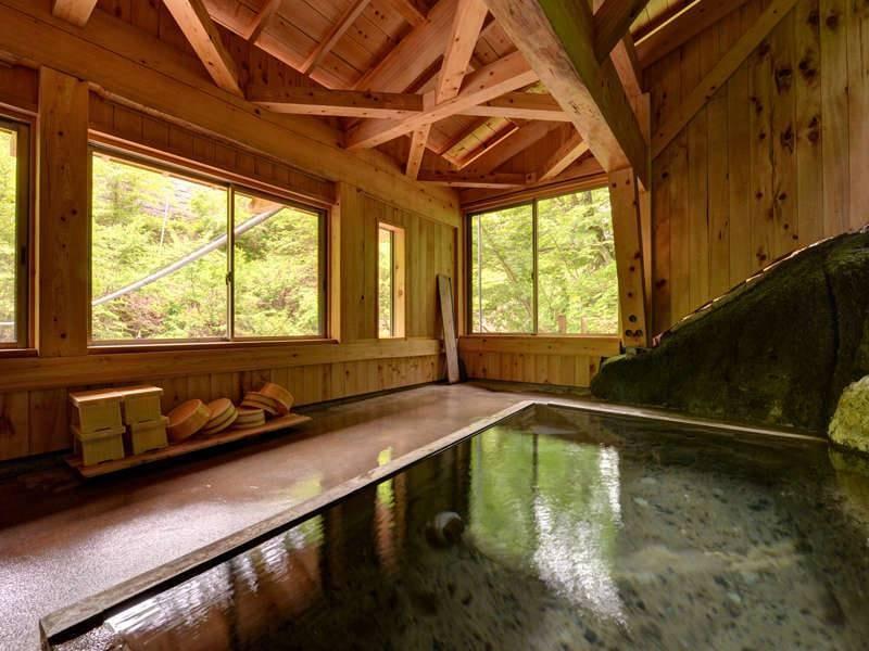 *【自噴巌風呂/混浴】1890年代には既にあったと伝えられる。古から続く源泉に癒されるひと時を。