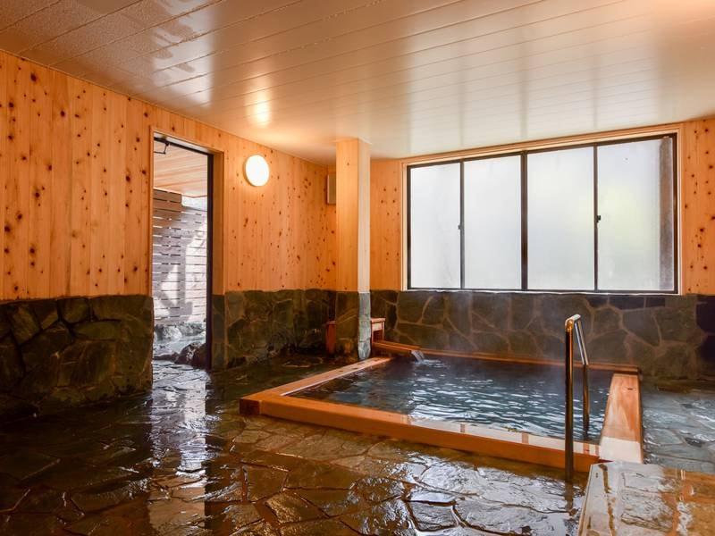 *【檜風呂/女湯】檜の香りがほのかに薫るお風呂。気持ちのいい湯浴みをご堪能下さい。
