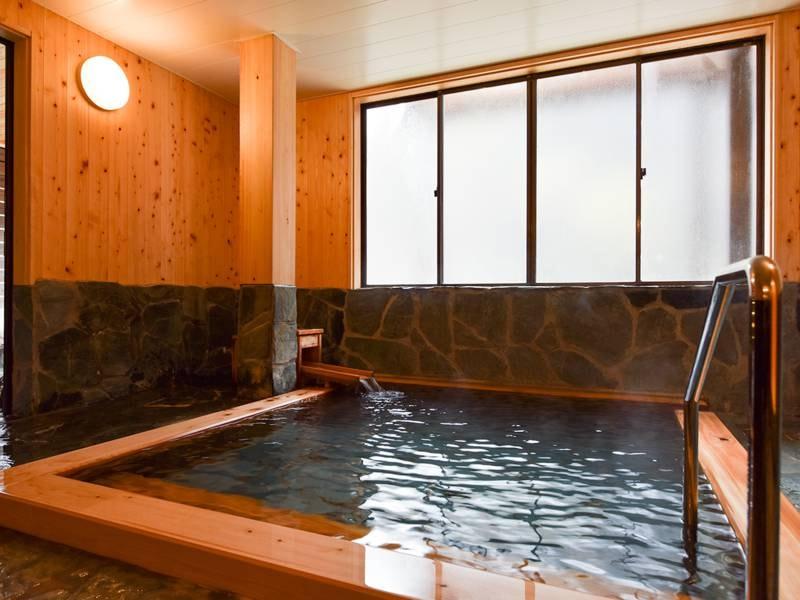 *【檜風呂/女湯】贅沢な源泉かけ流し湯を檜の香りと共にご堪能下さい。     *【檜風呂/女湯】贅沢な源泉かけ流し湯を檜の香りと共にご堪能下さい。