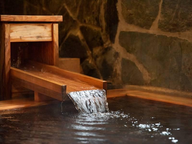 *【檜風呂/女湯】湧き出る5本の源泉のうち3本は檜風呂へ。贅沢な源泉かけ流し湯をご堪能下さい。