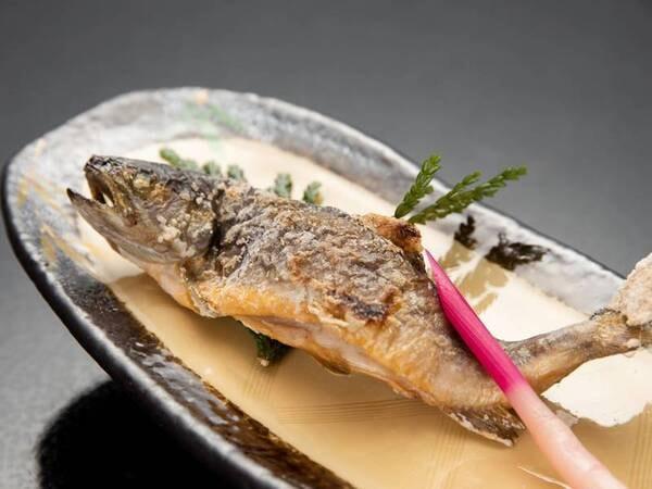 *【夕食一例】山の湧水で育った岩魚の塩焼き。