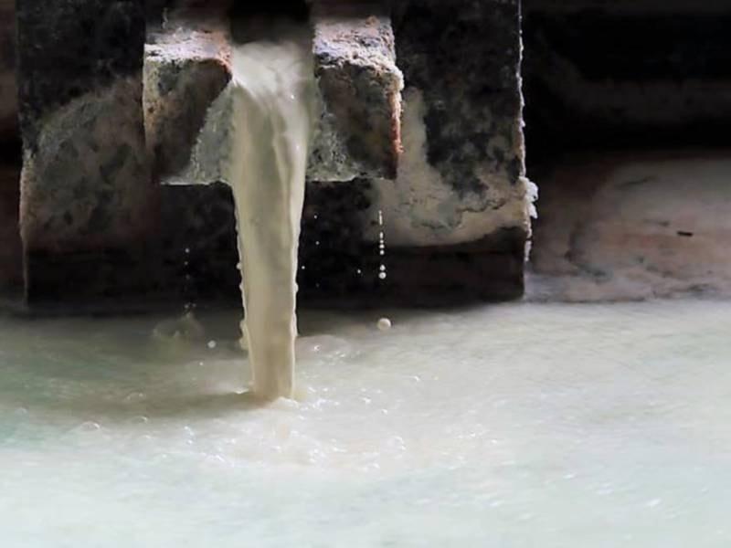 【大浴場】週に1度の湯守作業(湯の花流し)で、ミルクのような白濁のお湯が流れてきます。
