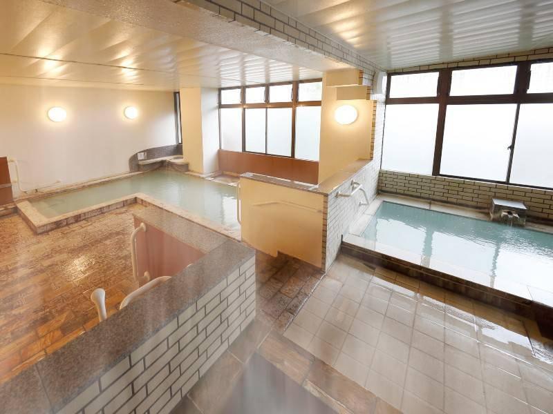 【男性浴場】熱めと適温の2つの湯舟があります。