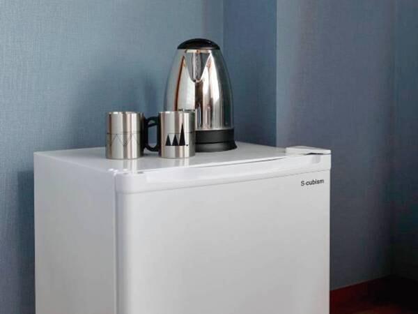 客室設備:冷蔵庫(空)、ケトル、カップ、金庫、TV