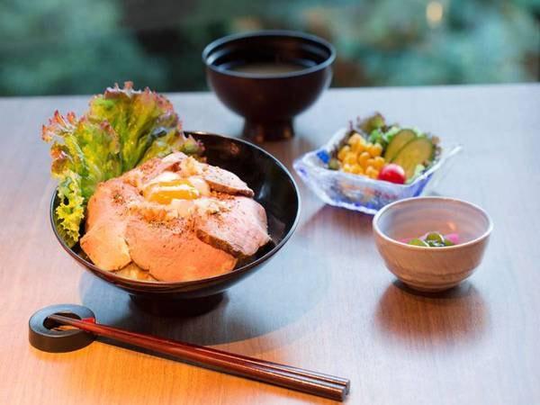 岡持ち弁当スタイル・ローストビーフ丼/一例