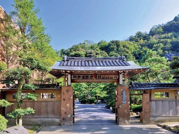 外観 江戸・元禄元年(1688年)創業の和風建築の重厚感と佇まいの門構え。悠々の歴史を感じさせる門をくぐると詩情あふれる伝統建築と約2,000坪の日本庭園が出迎えてくれる